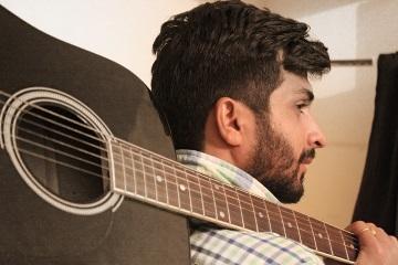 Влюбленный парень с гитарой