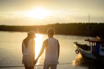 Мужчина и женщина держаться за руки