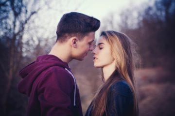 как сделать чтобы парень тебя поцеловал
