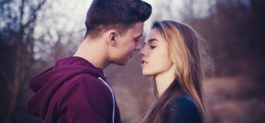 Как тактично намекнуть парню на поцелуй: все способы