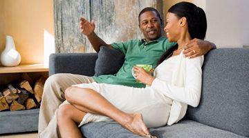 молодой человек часто общается с другими женщинами