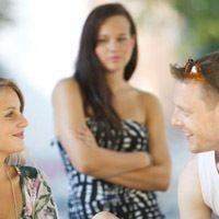 Мужчина вызывает у женщины ревность: зачем и как реагировать на провокацию