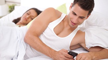 Мужчина переписывается с любовницей прямо перед носом жены