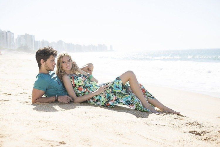 девушка с парнем на пляже