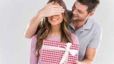 Мужчина дарит женщине подарок
