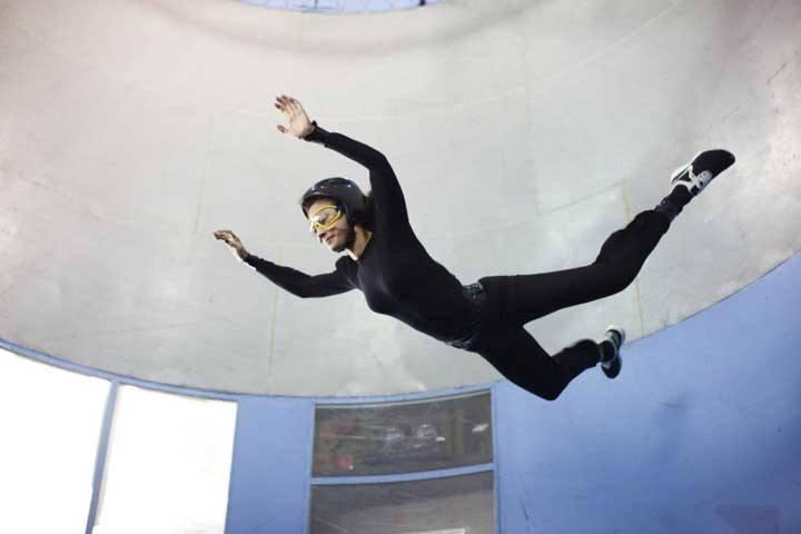 Человек летает в аэротрубе