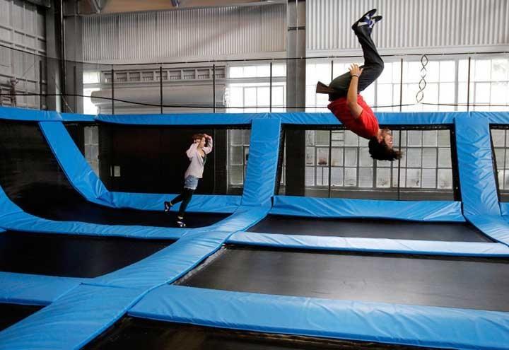 Люди прыгают на батутах