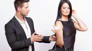 Женщина недовольна поведением мужчины