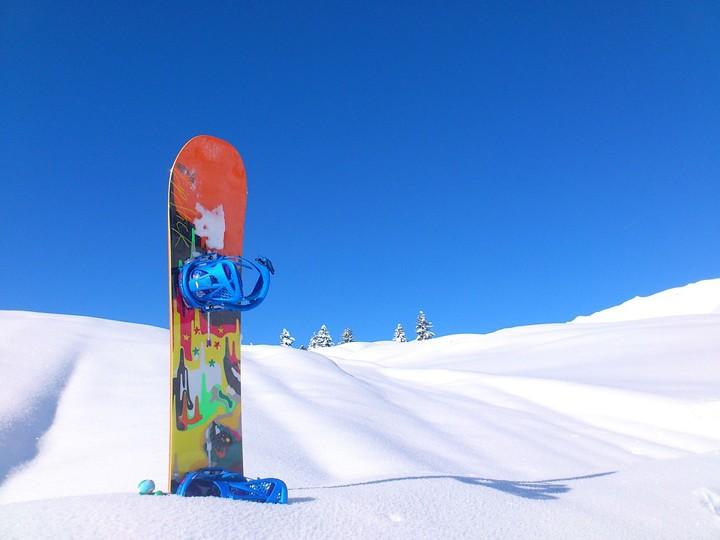 Доска для сноуборда застряла в снегу