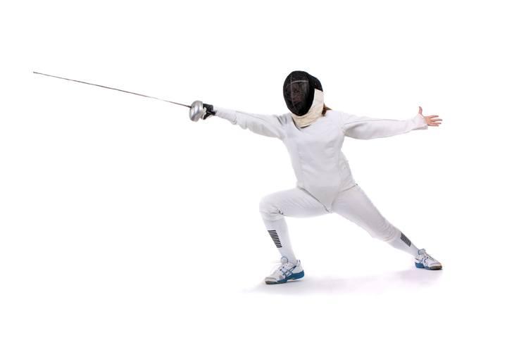 Человек обучается фехтованию