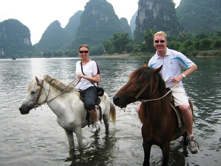 Прогулка супругов вдвоем на лошадях