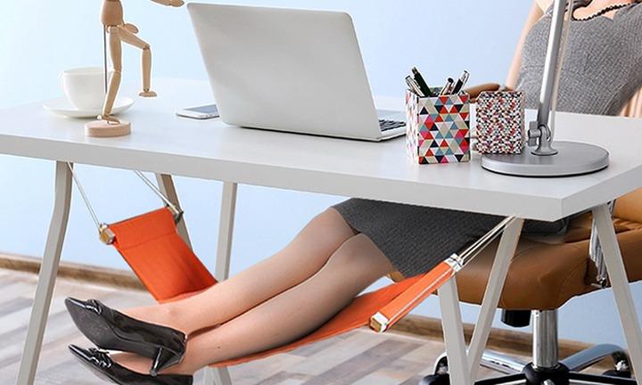 Человек положил ноги на гамак под рабочим столом