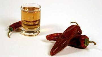 Водка и стручок красного перца