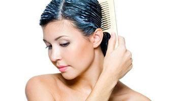 Нанесение маски от перхоти на волосы