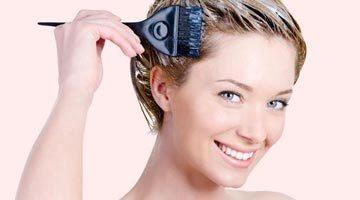 Нанесение маски с касторовым маслом на волосы