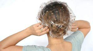 Нанесение пивной маски на волосы