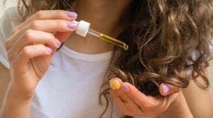 Нанесение на волосы маски с оливковым маслом